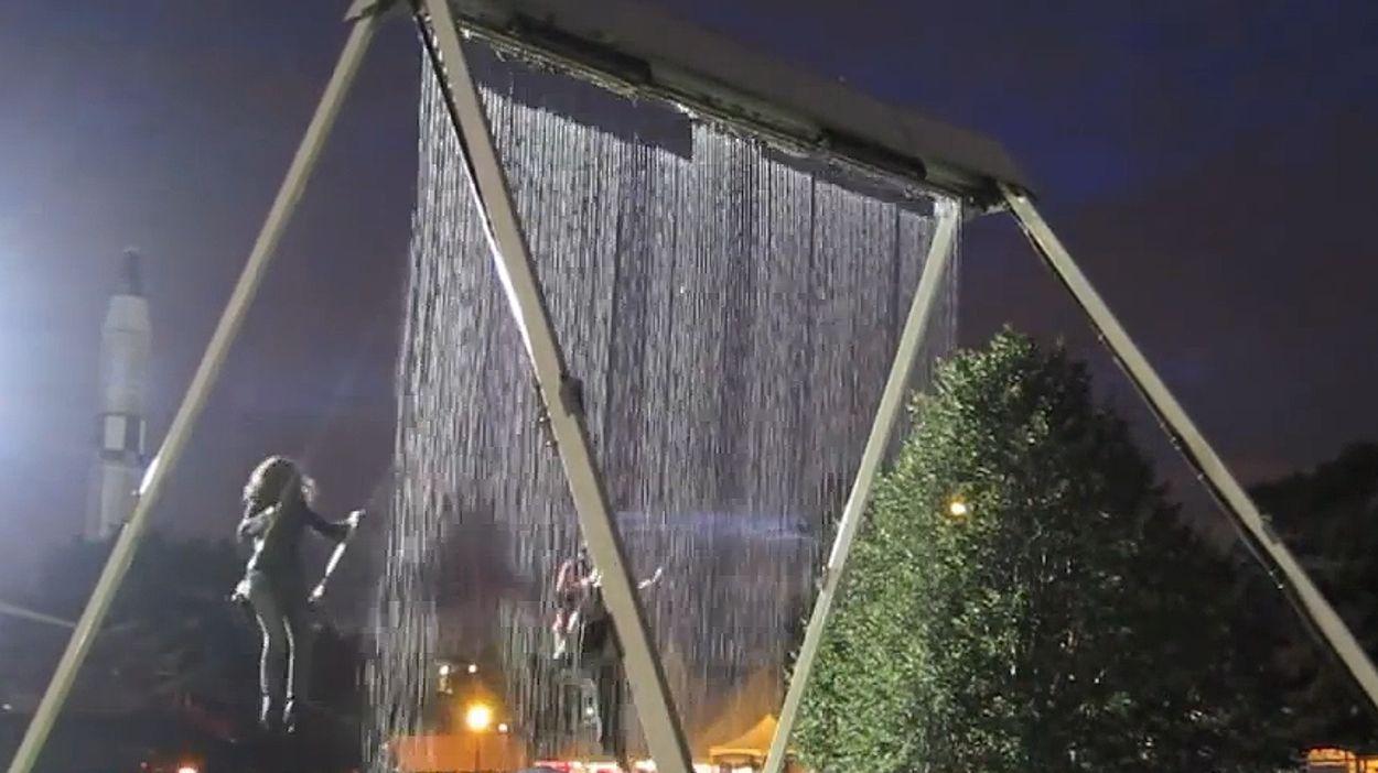 Afbeelding van Web Draait Door: Watervalschommel