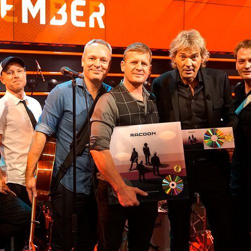 Afbeelding van DWDD feliciteert Racoon met twee gouden platen!
